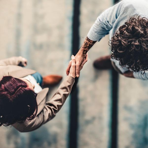 Uścisk dłoni pomiędzy dwójką ludzi